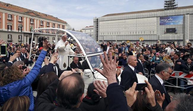 Visita do Papa reúne milhares na praça principal de Nápoles - Foto: Stefano Rellandini   Ag. Reuters