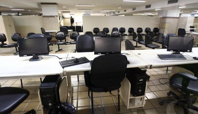 Profissionais realizam paralisação contra atraso no pagamento dos salários - Foto: Arestides Baptista | Ag. A TARDE | 11.04.2012
