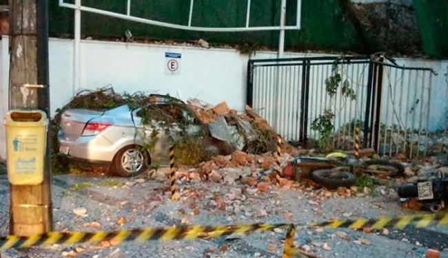 Os escombros caíram sobre um carro e duas motos - Foto: Jaqueline Suzart| Ag. A TARDE