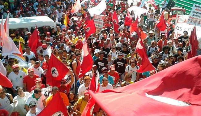 Funcionários e representantes de sindicatos se concentram em frente à sede da empresa - Foto: Raul Spinassé   Ag. A TARDE