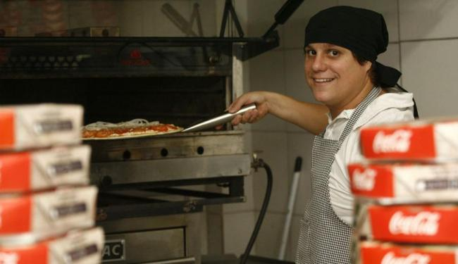 Decanio aposta em um preço competitivo para manter clientela de pizzaria - Foto: Fernando Amoriom | Ag. A TARDE
