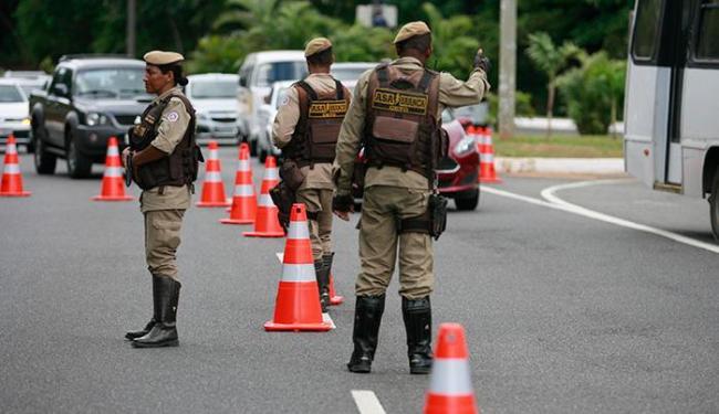 Os PMs abordaram 460 pessoas e 340 veículos, sendo 118 carros e 222 motocicletas - Foto: Joá Souza | Ag. A TARDE