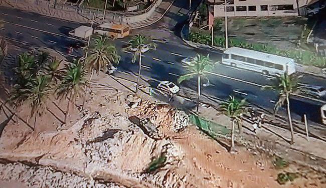 Policial perdeu controle do veículo ao colidir contra material de obra - Foto: Reprodução