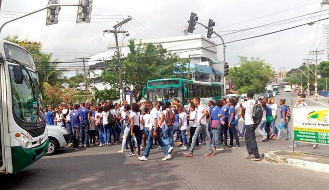 Estudantes bloquearam via em protesto contra saída de diretor - Foto: Anderson | Foto do Leitor | Via Twitter