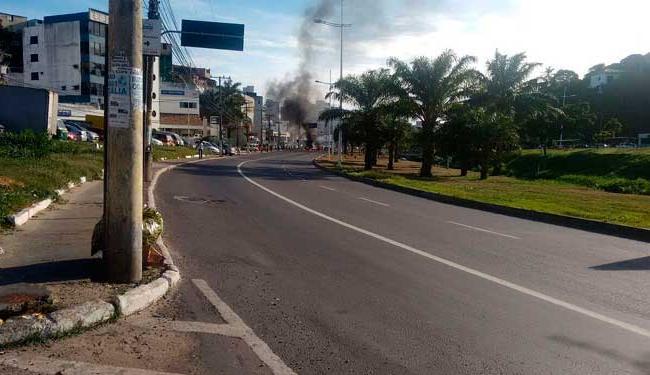 O grupo interditou a avenida queimando diversos materiais - Foto: Cidadão Repórter   Foto do leitor - Serginho