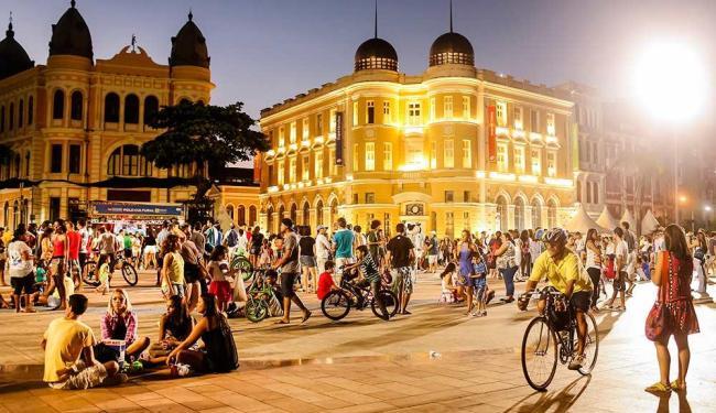 O Marco Zero, cartão-postal da cidade, é o ponto de encontro de recifenses e turistas - Foto: Andréa Rego Barros | PCR