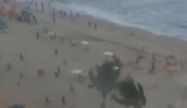 Vídeo mostra o momento em que vento, água e areia atingem a praia - Foto: Reprodução
