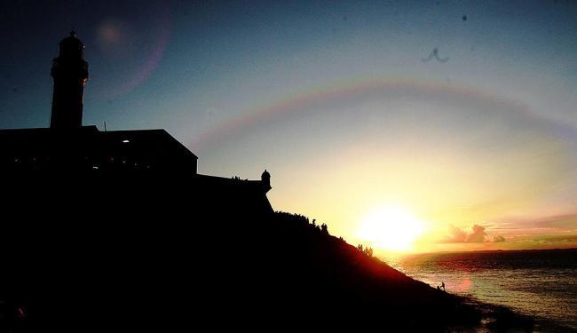 Pôr do sol visto do Farol da Barra é um dos mais belos visuais da cidade - Foto: Mila Cordeiro   Ag. A TARDE