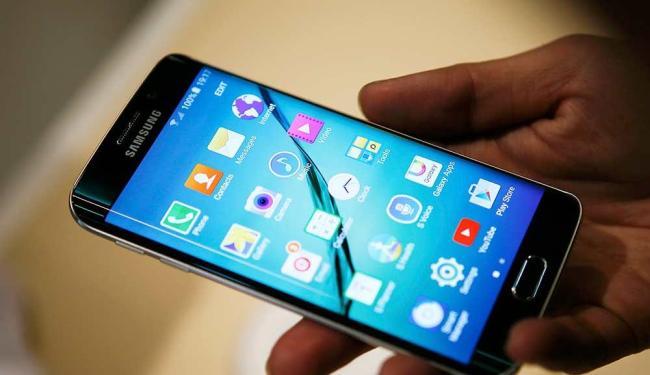 Galaxy S6 terá duas versões: uma com tela lisa e outra com tela de bordas curvas - Foto: Albert Gea | Agência Reuters