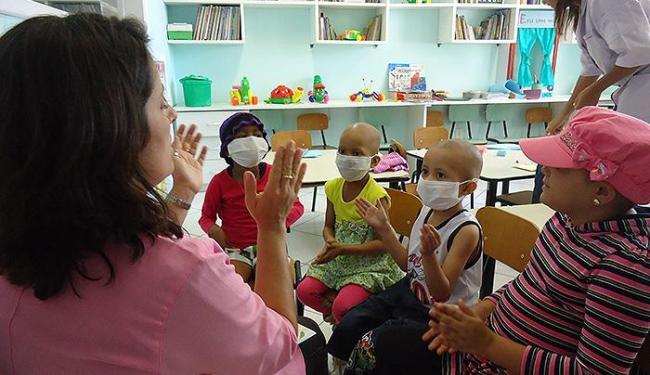 Pacientes da instituição participam de atividades em espaço lúdico que disponibiliza livros e brinqu - Foto: Leidiany Ferreira l Divulgação