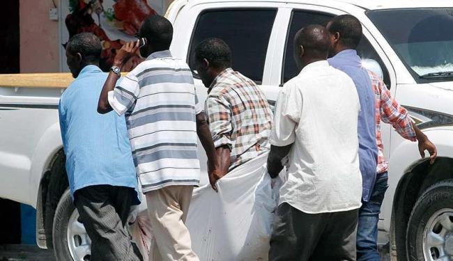 Moradores retiram corpo de homem morto depois que o grupo islâmico Al-Shabaab atacou hotel - Foto: Feisal Omar | Agência Reuters
