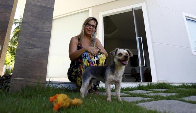 Sílvia já recebeu queixas pelos latidos do seu cão - Foto: Adilton Venegeroles   Ag. A TARDE