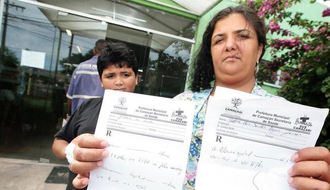 Elaine exibe receitas com prescrições médicas de analgésico e antialérgico - Foto: Mila Cordeiro l Ag. A TARDE
