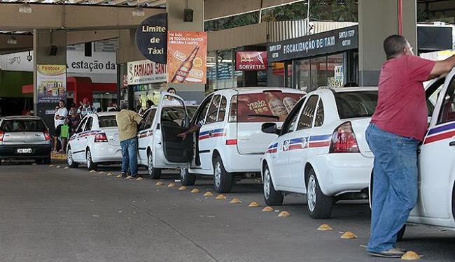 Taxistas regulares da Grande Salvador queixam-se da concorrência desleal dos motoristas clandestinos - Foto: Mila Cordeiro   Ag. A TARDE
