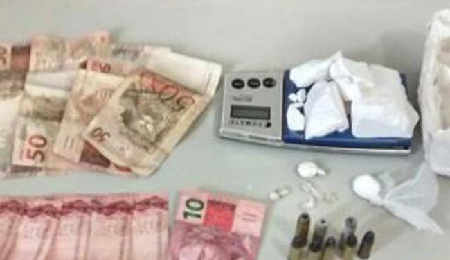 Foram encontrados drogas,munição de revólveres calibre 22 e 38, celulares, dinheiro e uma balança - Foto: Reprodução: Blog Braga