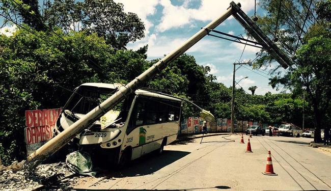 Colisão destruiu veículo e derrubou o poste - Foto: Luciano da Matta   Ag. A TARDE