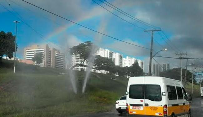 Rompimento de tubulação também provoca desperdício - Foto: Edilson Lima | Ag. A TARDE