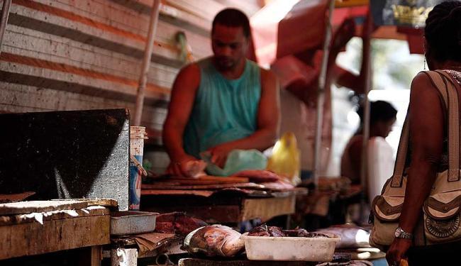Em Itapuã, a comercialização de peixes é realizada sem condições ideais de higiene - Foto: Raul Spinassé | Ag. A TARDE