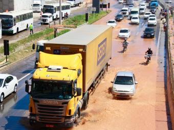 Rodovia alagou por conta de rompimento de adutora nesta quarta - Foto: Edilson Lima | Ag. A TARDE