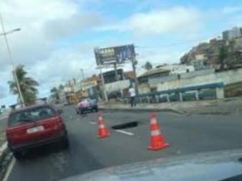 Buraco na avenida Otávio Mangabeira causa congestionamento sentido Pituba - Foto: Cidadão Repórter | Via Whatsapp