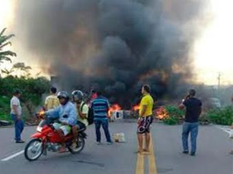 Os manifestantes pediam melhorias na rodovia - Foto: Reprodução   Voz da Bahia