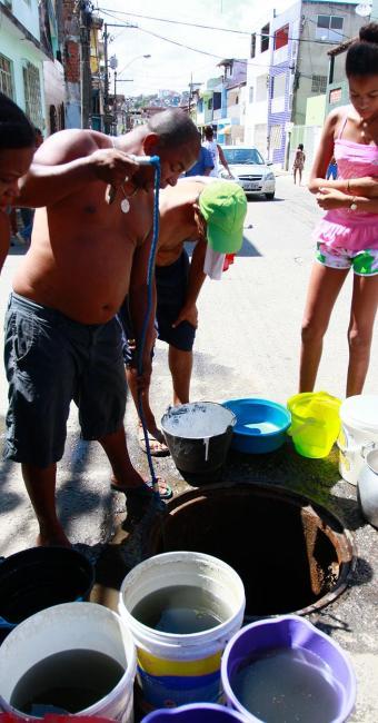 Água coletada tem aparência de suja - Foto: Edilson Lima | Ag. A TARDE