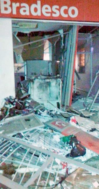 Parte da agência ficou destruída com o impacto da explosão - Foto: Reprodução: Portal Bahia News