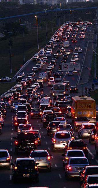 Um dos pontos críticos do trânsito nesta sexta-feira, 10, é a avenida Paralela - Foto: Walter de Carvalho | Ag. A TARDE