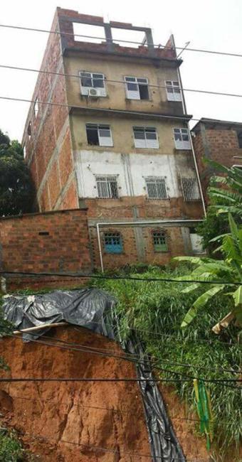 Moradores da rua Pacheco de Oliveira na Fazenda Grande do Retiro temem construção em encosta - Foto: Cidadão Repórter I Via Whatsapp