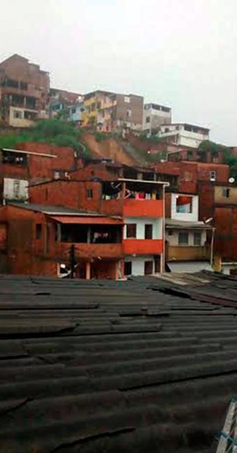 Deslizamento de terra atingiu quatro casas - Foto: Cidadão Repórter | Via Whatsapp