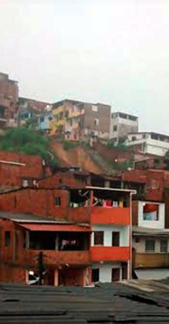 Deslizamento de terra atingiu quatro casas na região - Foto: Cidadão Repórter | Via Whatsapp