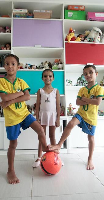 Trigêmeos Rodrigo, Fernanda e Pedro são estimulados a praticar esportes desde os 3 - Foto: Mila Cordeiro   Ag. A TARDE