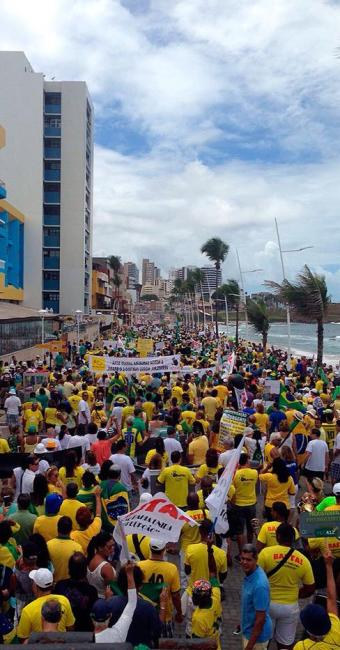Manifestantes percorrem trajeto entre o Farol da Barra e o Cristo - Foto: Foto do leitor | Cidadão Repórter