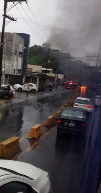 Manifestantes atearam fogo em entulho e pneus para fechar a via - Foto: Jadson Ferreira | Cidadão Repórter | Whatsapp