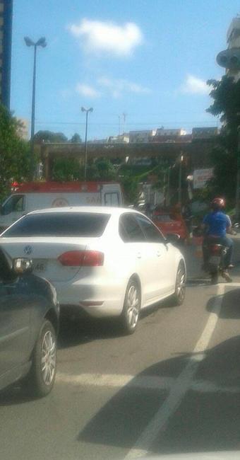 A colisão deixou um pessoa ferida na avenida Bonocô - Foto: Reprodução | Trânsito Salvador / Whatsapp