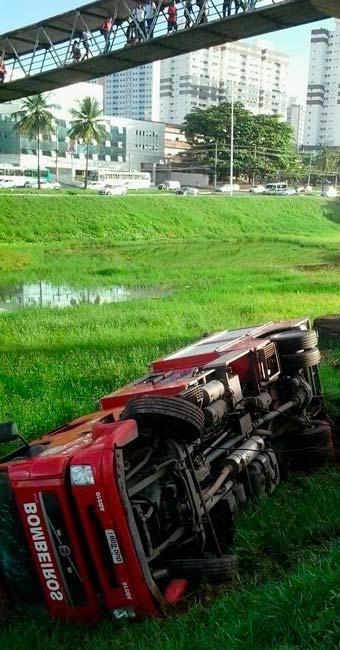 O condutor da viatura disse que foi fechado por outro carro - Foto: Joá Souza | Ag. A TARDE