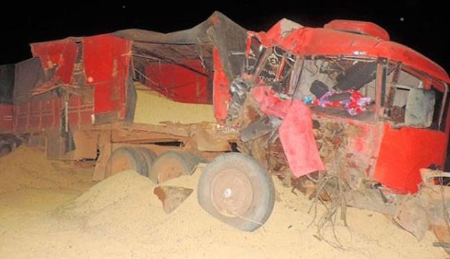 A carga de uma das carretas ficou espalhada pela pista - Foto: Naldo Vilares| Blog do Sigi Vilares