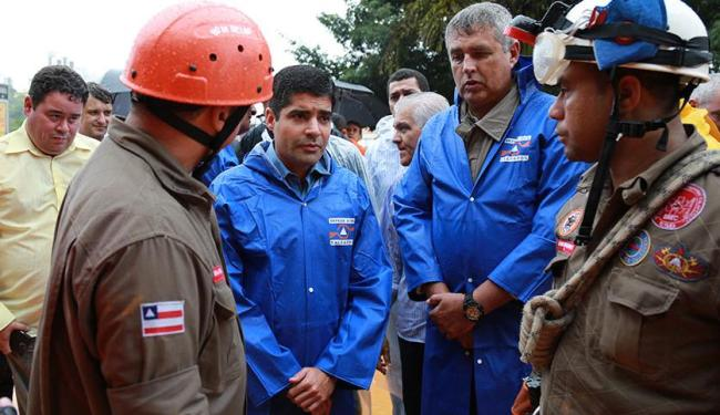 ACM Neto esteve no local onde duas pessoas foram soterradas na av. Juracy Magalhães - Foto: Joá Souza | Ag. A TARDE