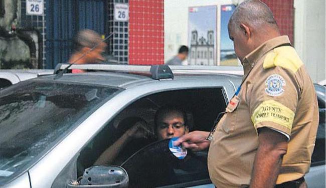 Desde esta quarta, agentes de trânsito de Salvador deixaram de usar talões de multa - Foto: Marco Aurélio Martins | Ag. A TARDE
