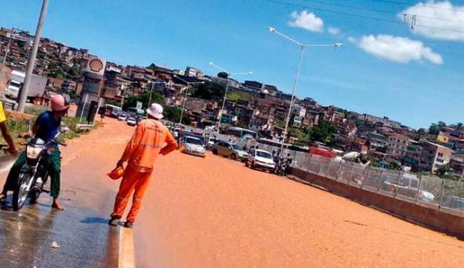 O vazamento causou alagamento na BR no sentido Feira de Santana - Foto: Foto do Leitor Enrique Messias Bonfim | Cidadão Repórter