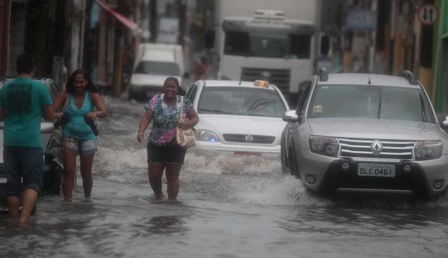 A situação era tão ruim em rua do Caminho de Areia, ontem, que só mesmo sorrindo para lidar com ela - Foto: Lúcio Távora | Ag. A TARDE | 10.04.2015