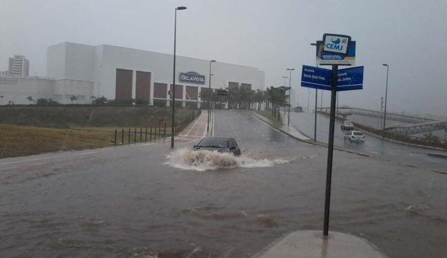 Carro enfrenta ponto de alagamento em frente ao Shopping Bela Vista - Foto: Edilson Lima | Ag. A TARDE