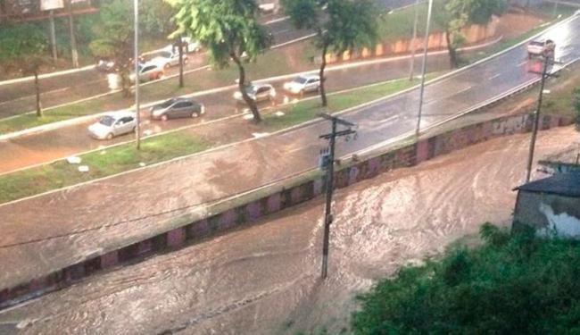 Motoristas enfrentam alagamento em vários pontos da cidade - Foto: Reprodução | Antônio Augusto Gutto | Facebook