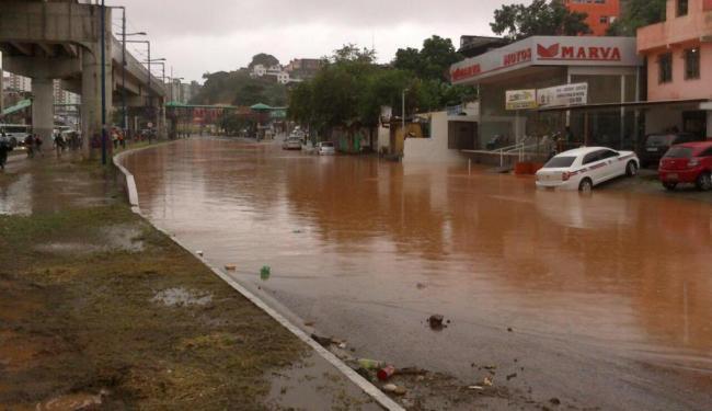 Por conta das chuvas, parte da avenida Bonocô ficou alagada nesta manhã - Foto: @mariana_g   Cidadão Repórter