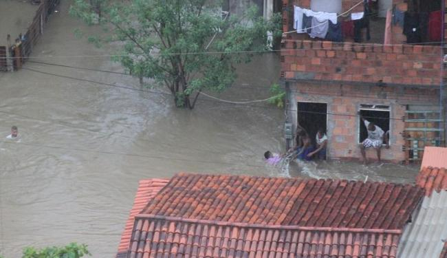 Chuva deixou vários pontos da cidade ilhados e moradores desabrigados - Foto: Ludmila Cunha | Ag. A TARDE