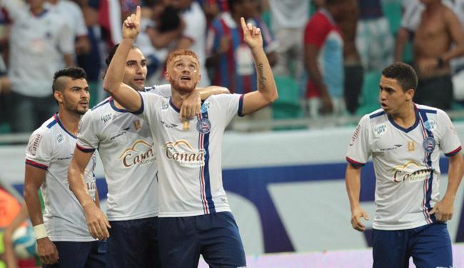 Autor de três gols, Souza (C) foi o herói da partida - Foto: Lúcio Távora | Ag. A TARDE
