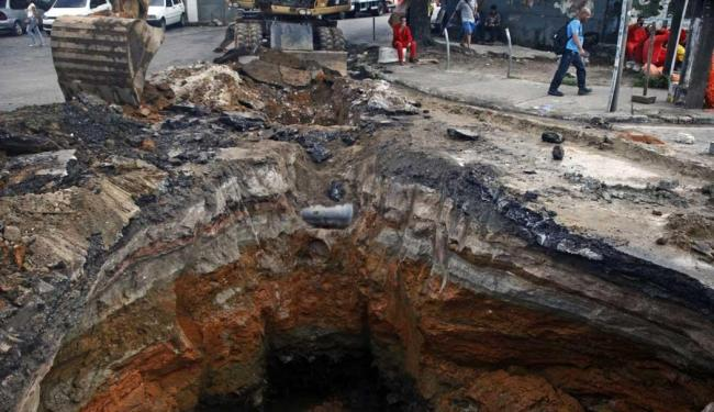 Buraco se abriu no sentido Largo do Tanque - Foto: Cláudio Cassiano   Ag. A TARDE