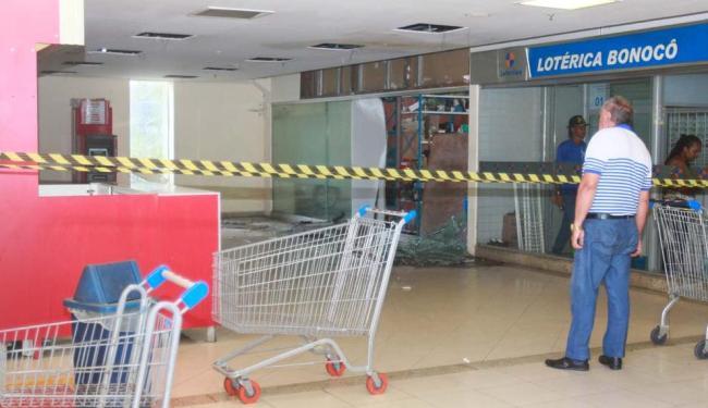 Os suspeitos do crime arrombaram o caixa do Banco do Brasil com explosivos - Foto: Edilson Lima | Ag. A TARDE
