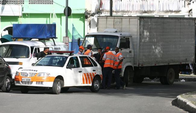 Restrição de circulação de caminhões em áreas da cidade está prevista em lei - Foto: Raul Spinassé   Ag. A TARDE   22.8.2011