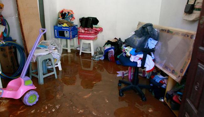 Vazamento de adutora danificou objetos nas casas dos moradores - Foto: Edilson Lima   Ag. A TARDE